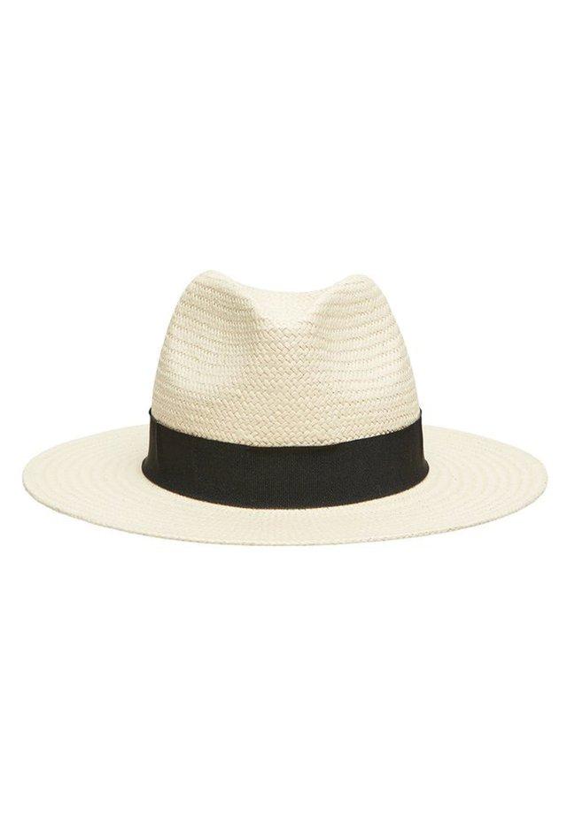 Hattu - sand