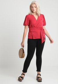 Second Script Curve - CHARLI PUFF SLEEVE WRAP - Bluser - red - 2