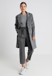 Selected Femme Petite - SLFBIO CROPPED PANT - Bukser - medium grey melange - 1