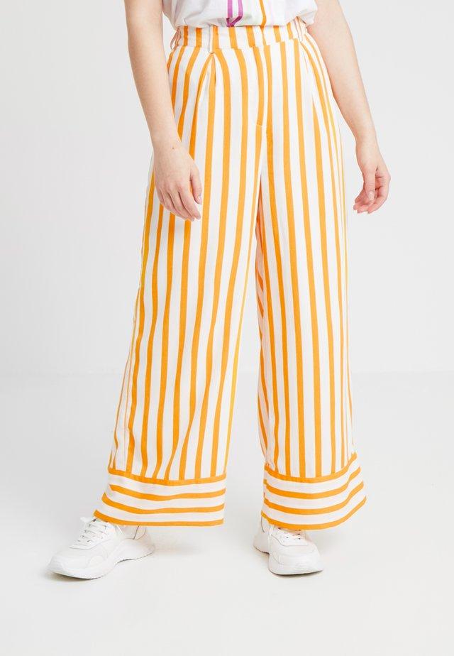 SLFDORIT PANT - Tygbyxor - radiant yellow/snow white