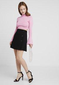 Selected Femme Petite - SLFNOUELLE SKIRT - Zavinovací sukně - black - 1