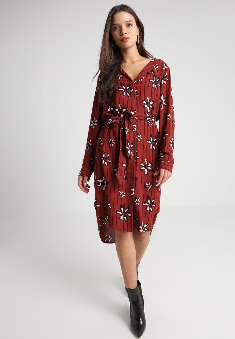 Selected Femme Petite - XO SLFDYNELLA DRESS - Shirt dress - fired brick