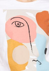 Selected Femme Petite - SLFABSTRACT FACE TEE - T-shirt con stampa - bright white - 4