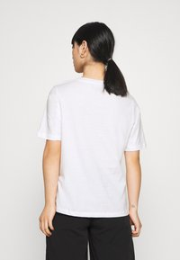 Selected Femme Petite - SLFABSTRACT FACE TEE - T-shirt con stampa - bright white - 2