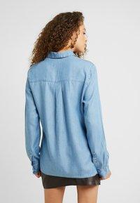 Selected Femme Petite - SLFMATTIE - Camisa - light blue - 2