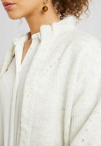 Selected Femme Petite - SLFINGA FRILL - Gilet - snow white/grey melange - 5