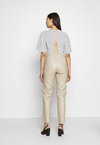 Selected Femme Tall - SLFNOLA CROPPED PANTS - Kalhoty - silver - 2