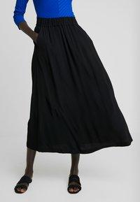Selected Femme Tall - SLFBISMA MIDI SKIRT - Jupe longue - black - 0