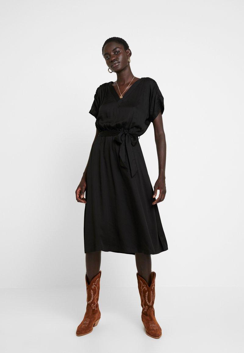 Selected Femme Tall - SLFQUINCY VIENNA MIDI DRESS - Denní šaty - black