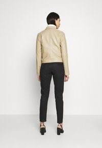 Selected Femme Tall - SLFKATIE JACKET  TALL - Kurtka skórzana - cornstalk - 2