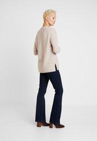 Selected Femme Tall - SLFMUNI  V-NECK - Neule - cameo brown/melange - 2