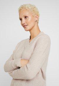 Selected Femme Tall - SLFMUNI  V-NECK - Neule - cameo brown/melange - 3