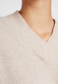 Selected Femme Tall - SLFMUNI  V-NECK - Neule - cameo brown/melange - 5