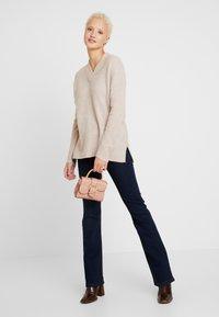 Selected Femme Tall - SLFMUNI  V-NECK - Neule - cameo brown/melange - 1