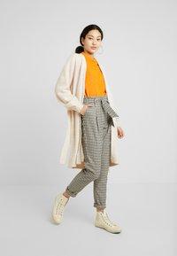 Selected Femme Tall - SLFANNA CARDIGAN - Vest - sandshell - 1