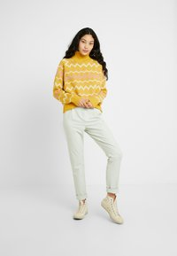 Selected Femme Tall - SLFNORMA - Jersey de punto - lemon curry/cameo brown/sandshell - 1