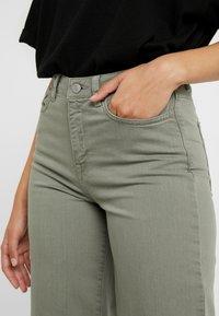 Selected Femme Tall - SLFLISE CROP WIDE DEEP - Džíny Straight Fit - deep lichen green - 4