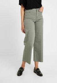 Selected Femme Tall - SLFLISE CROP WIDE DEEP - Džíny Straight Fit - deep lichen green - 0