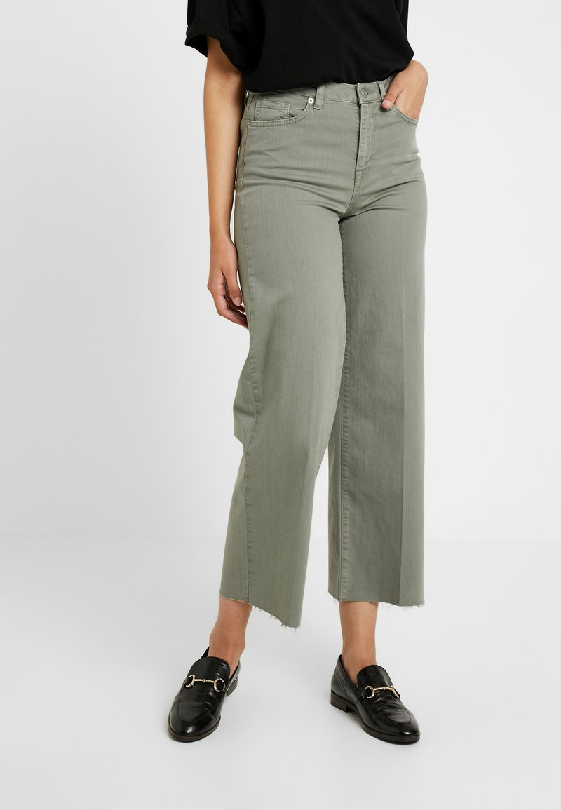 Selected Femme Tall - SLFLISE CROP WIDE DEEP - Džíny Straight Fit - deep lichen green