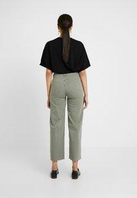 Selected Femme Tall - SLFLISE CROP WIDE DEEP - Džíny Straight Fit - deep lichen green - 2