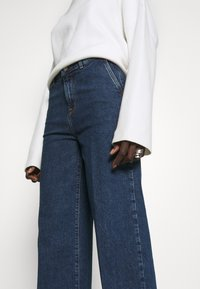Selected Femme Tall - SLFGENE SPRUCE - Vaqueros a campana - dark blue denim - 3