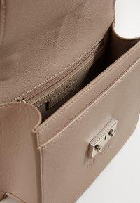 Seidenfelt - ROROS - Across body bag - warm grey - 2