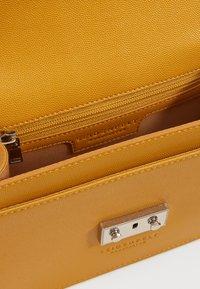 Seidenfelt - ROROS - Across body bag - mustard - 2