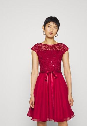 Sukienka koktajlowa - rio rot