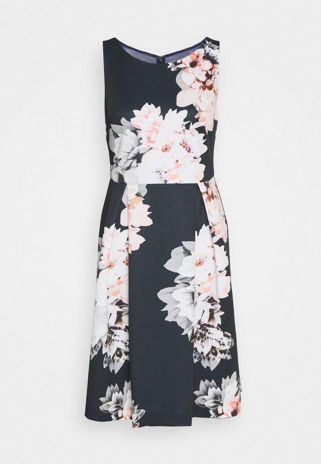 DRESS - Žerzejové šaty - schwarz/bunt