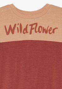 Soft Gallery - DOMINIQUE - T-shirt z nadrukiem - burnt brick - 3