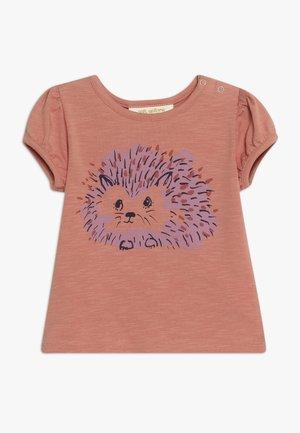 FRANNIE HEDGY - T-shirt z nadrukiem - tawny orange