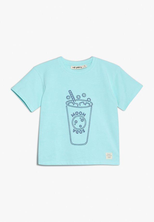 ASGER - T-shirt med print - blue tint/miami