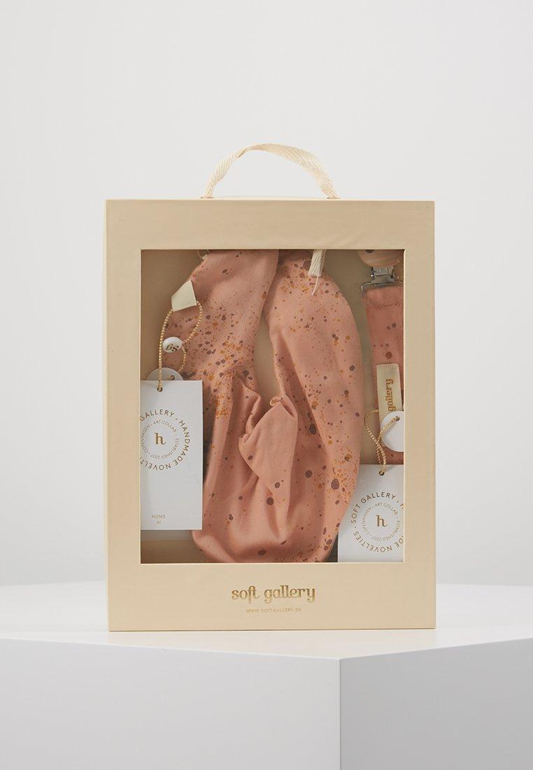 Soft Gallery - PACIFIER STRING BIBI SET - Cadeau de naissance - peach perfect