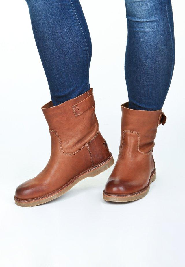MIT DEKORATIVER SCHNALLE - Classic ankle boots - cognac