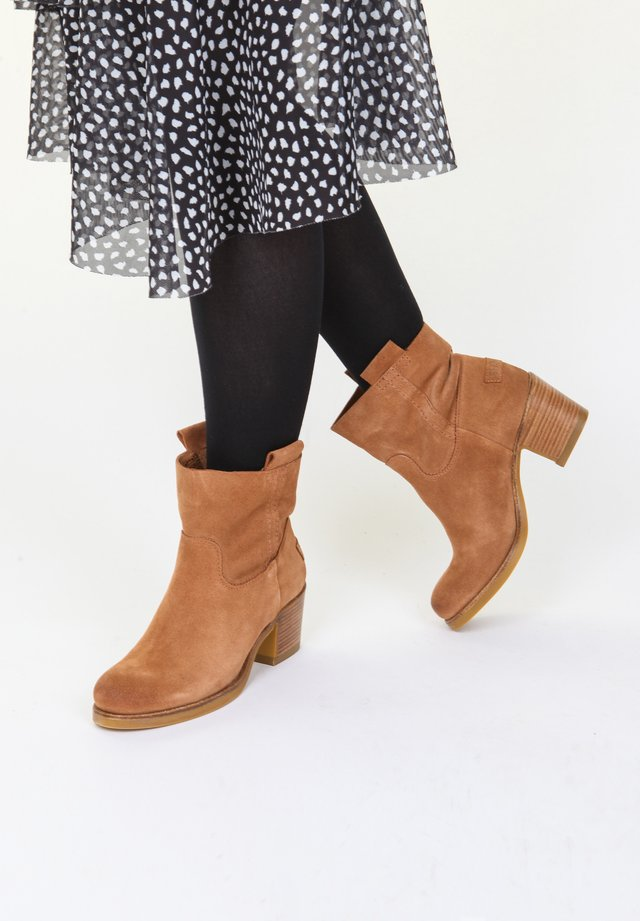 Classic ankle boots - light brown