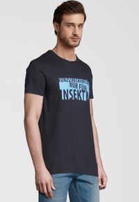 Shirts for Life - Print T-shirt - navy/turki - 2