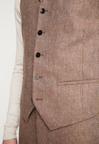 Shelby & Sons - CRANBROOK WAISTCOAT - Waistcoat - light brown - 5