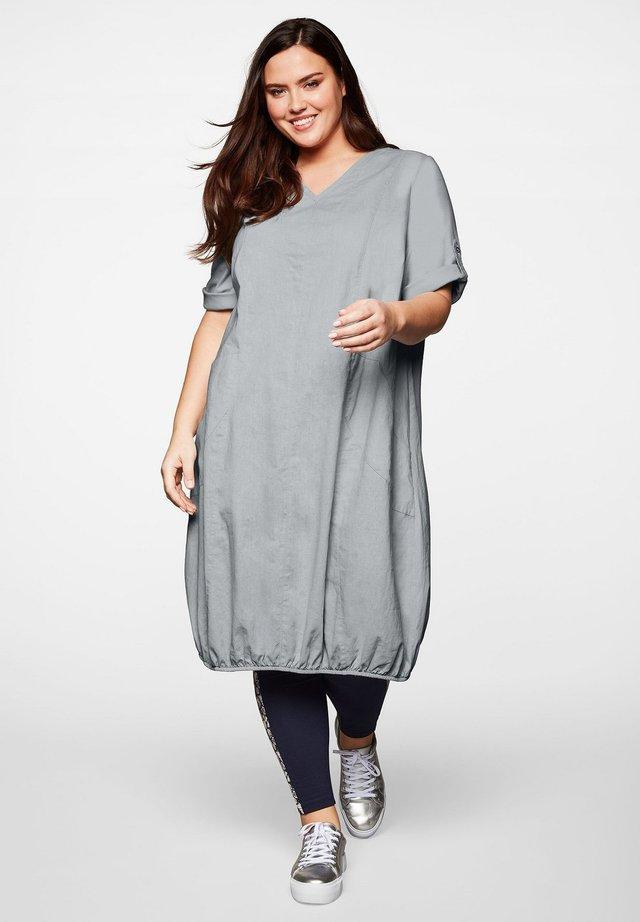 Korte jurk - hellgrau