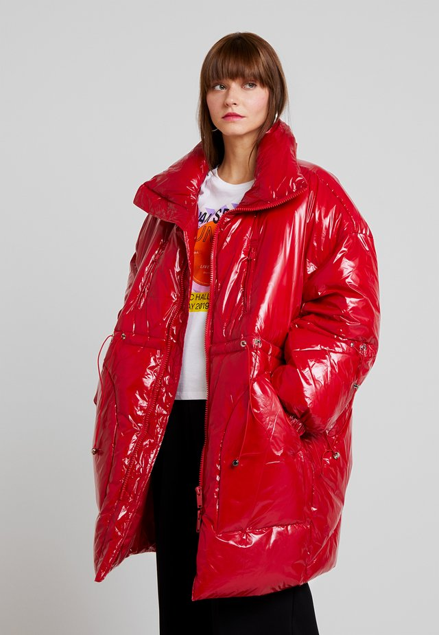 LONG PUFFER  WITH OVERSIZE COLLAR - Płaszcz zimowy - red