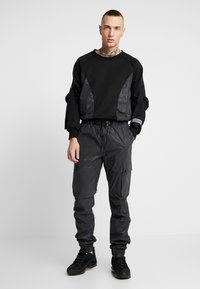 Sixth June - REFLECTIVE CARGO PANTS - Pantaloni cargo - black - 1