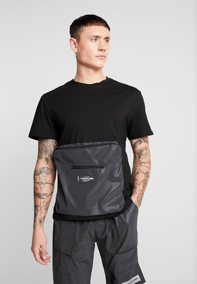 WITH REFLECTIVE POCKET - T-Shirt print - black