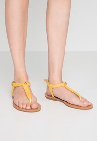 Simply Be - WIDE FIT VALERIE BASIC TOEPOST - T-bar sandals - yellow - 0