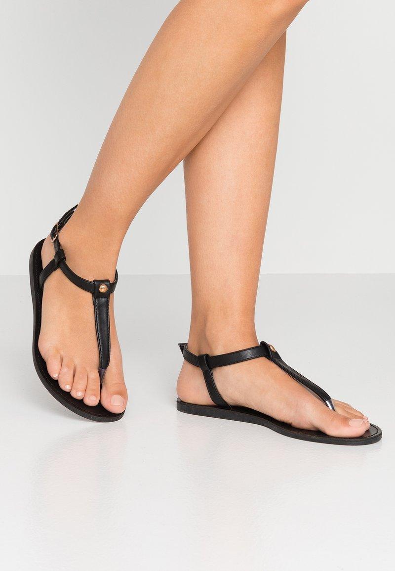 Simply Be - WIDE FIT VALERIE BASIC TOEPOST - Sandály s odděleným palcem - black