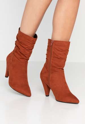 WIDE FIT CALF SLOUCH HEELED BOOT - High heeled ankle boots - rust