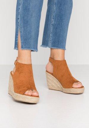 WIDE FIT PERU - Højhælede sandaletter / Højhælede sandaler - tan