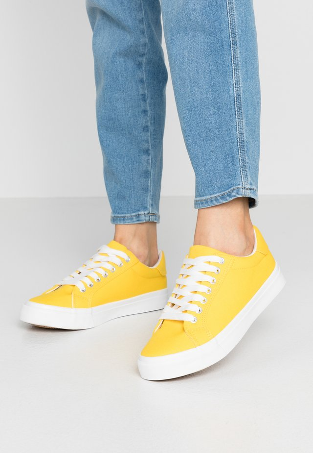 WIDE FIT ELLIS - Matalavartiset tennarit - yellow