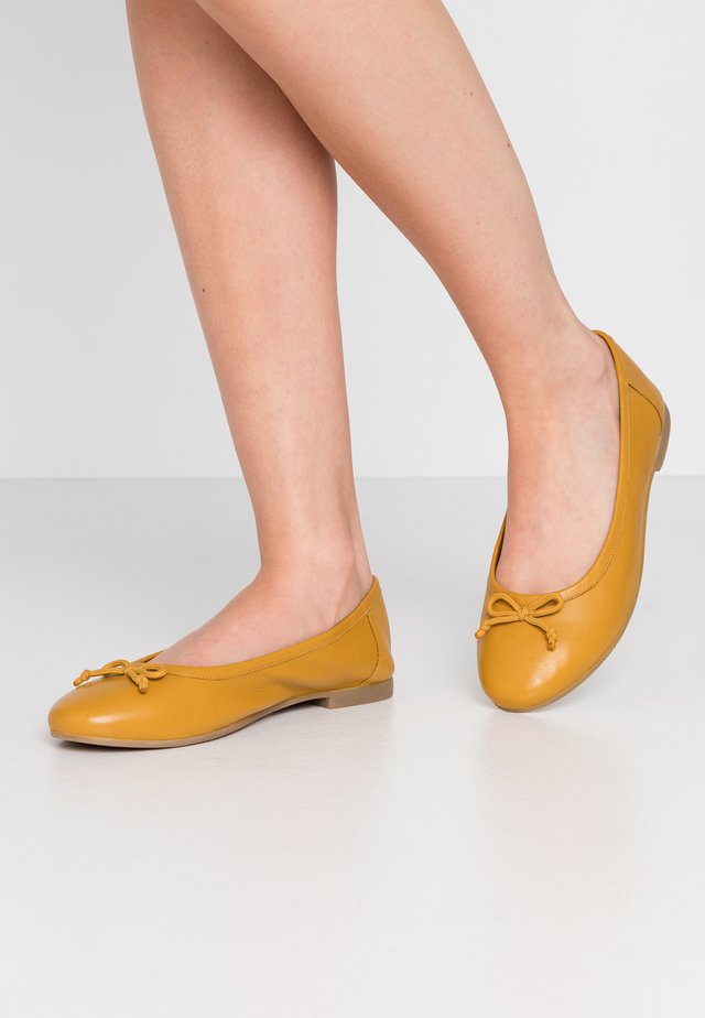 WIDE FIT  - Ballerinat - ochre