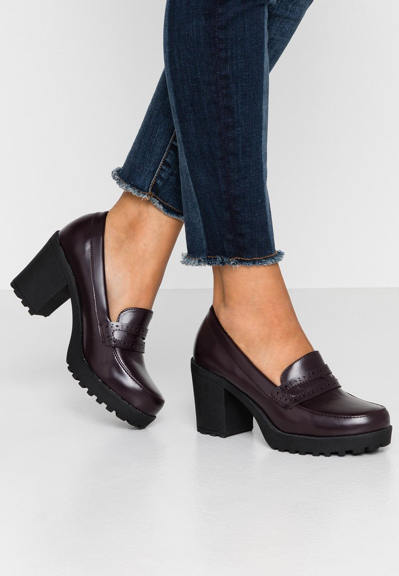Simply Be - WIDE FIT FASHION LOAFER ON CHUNKY BLOCK HEEL - High Heel Pumps - burgundy