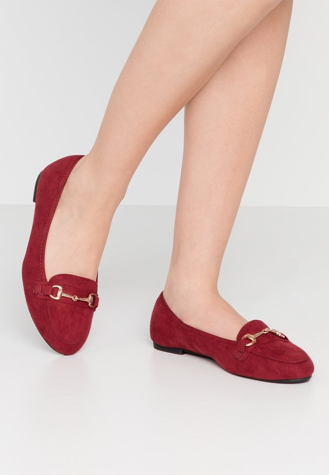 WIDE FIT GIANNA - Slip-ons - burgundy