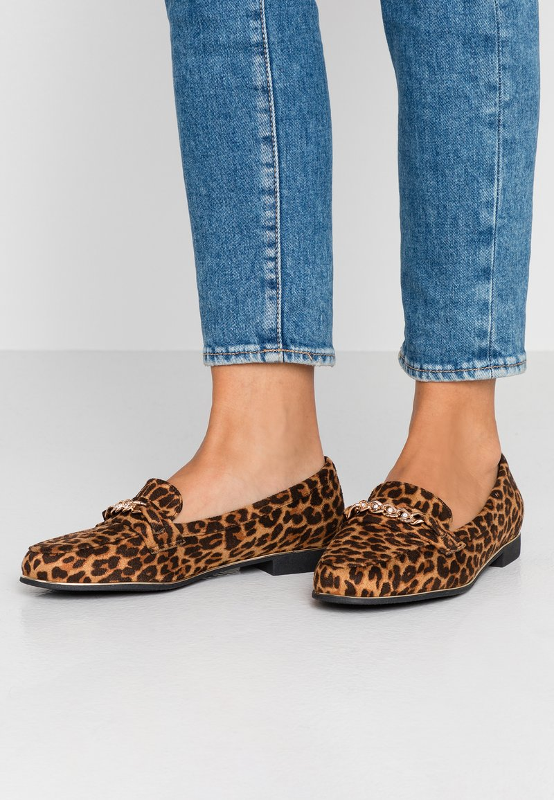 Simply Be - WIDE FIT SINEAD CHAIN DETAIL LOAFER - Slipper - brown